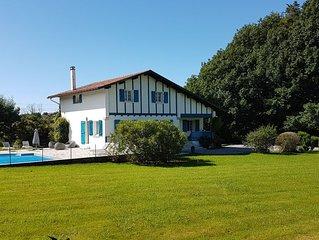 12 pers - 6 ch - calme - grand jardin- piscine - vue montagnes - 6km St Jean Luz