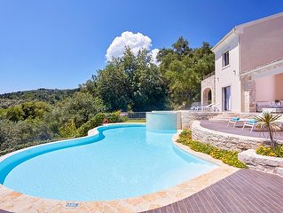 4 bedroom Villa, sleeps 8 with Pool, Air Con and FREE WiFi