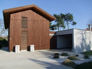 Maison  bois d'architecte de caractère avec jardin privé arboré