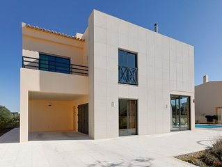 STUNNING VILLA,  HEATED POOL, Perfect Location, Only 8 Min.Walk to 'STRIP'