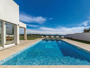 Private, comfort and exclusive villa for 12 with a large pool, 800m from the sea