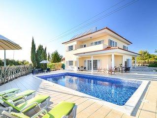 Ruime, moderne villa met privezwembad en zeezicht