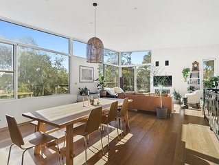 Sun drenched Family Living, Fireplace, 650m to Beach, Deck Overlooking Tree Tops