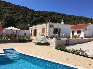 Vacker liten Hus med egen pool och härligt utsikt över Vinisce Bay.