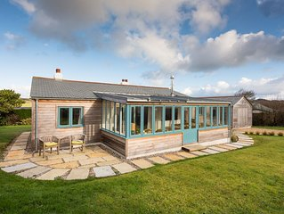 Luxurious, family-friendly bungalow set in large garden, 5 minute walk to beach