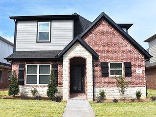 Luxurious Fayetteville home, sleeps 8! Near U of A 715 N. Salem