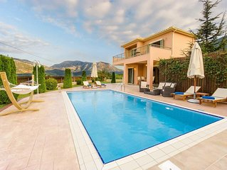 2 bed 2 bath villa w/private pool, free A/C & WiFi, built-in BBQ, located in hil