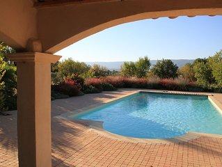 Mas de charme dans les vignes, vue panoramique, piscine chauffee de mai a sept