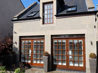 Roslin Self Catering Modern Luxury 1 Bedroom House with large family lounge