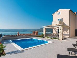 Großes Haus in der Nähe des Meeres mit herrlichem Blick
