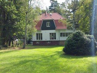Ferienhaus am Fluss mit großem Grundstück in absoluter Ruhe.
