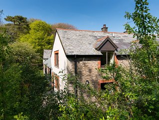 Charming barn conversion, sleeps 4 in 3 bedrooms with shared swimming pool and t
