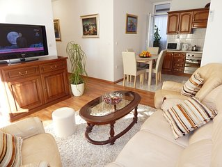 Apartment with three bedrooms and private parking near beach Znjan