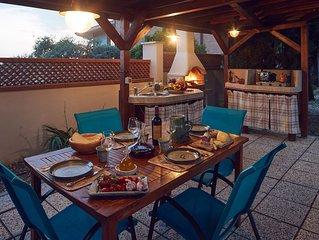 Oasi di pace alle porte di Perugia, apt. in villa, veranda con cucina all'aperto