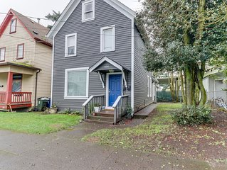 Trendy duplex w/ full kitchen, WiFi, near downtown & waterfront!