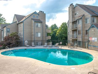 Mountain view condo w/ shared indoor/outdoor pools & hot tub