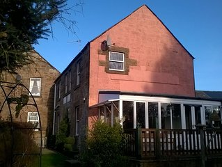 Lovely detached home with sun room overlooking secluded garden, two dogs welcom