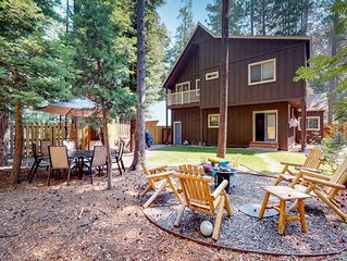 Bright cabin w/enclosed yard & fireplace-near skiing & Lake Tahoe
