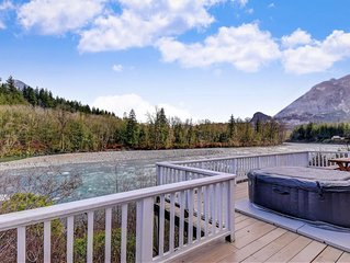Lovely riverfront cabin with access to private hot tub! Dogs ok!