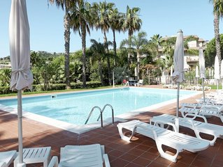 One bedroom Apartment, sleeps 4 with Air Con, FREE WiFi and Walk to Beach & Shop