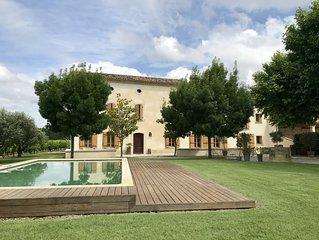 Grand mas typique provencal, entouré de vignes, 5 chambres avec sdb, piscine