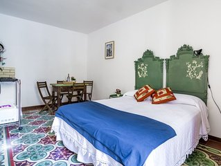 Vico De Amicis 30,1st floor studio, typical tuff house,50m from main square