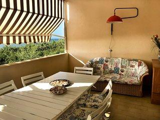 Appartamento vista mare con ampio terrazzo di fronte alla spiaggia.