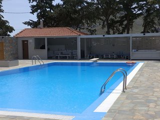 Private grounds & pool easy access to the beach & restaurants, family friendly