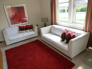 15 mins to Edinburgh,  private parking, 45 golf courses and excellent transport