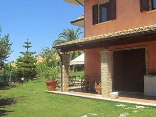 Privacy, fresco e relax in una splendida villa a pochi minuti dalla spiaggia di