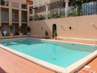 Grand 2 pieces, piscine, terrasse, au calme, a 2 pas du centre & plage
