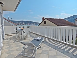 Vinisce - Apartment with big terrace and sea view, beach 50 m away
