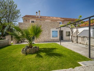 2 bedroom Villa, sleeps 4 with Air Con, FREE WiFi and Walk to Beach & Shops