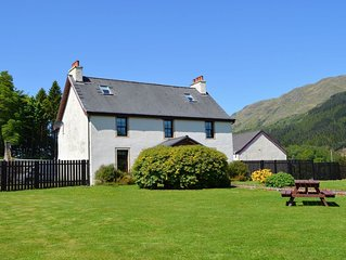 Luxury property sleeping 14 with extensive garden, sauna and hot-tub near Dunoon