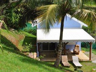 Bungalow creole dans un jardin tropical