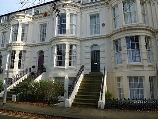 Elegant Townhouse, Sleeps 12, Close beach/town, 4 bath/showers, Sky Sports