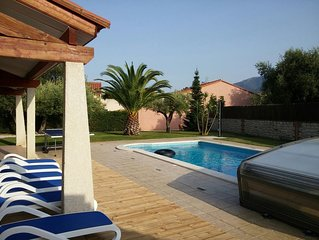 Luxury 4 Bed Family Villa, Pool, Wifi, Aircon, Quiet Area, Lovely Seaside Town