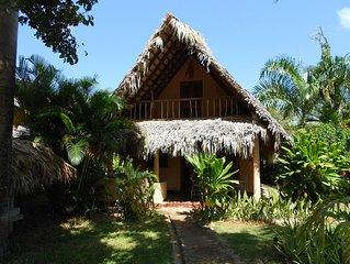 Palmengedecktes Haus in zweiter Reihe zum Meer