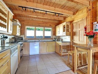 3 bedroom Villa, sleeps 8 with FREE WiFi and Walk to Shops