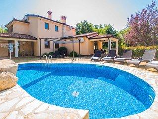 Private, komplett eingezäunte und tierfreundliche Pool-Villa in Meeresnähe