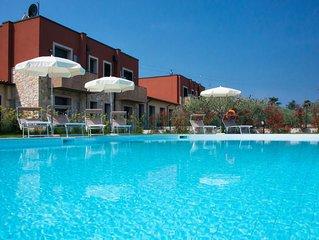 Schone Anlage mit privater Terrasse und grossem Pool