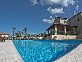Neue Natursteinvilla 300 m2, Pool, Spielplatz, Fitness, Sauna & Weinkeller