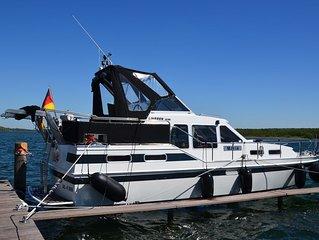 maritime Urlaubs-Location: Ubernachten im Hafen auf einer LINSSEN-Motoryacht!