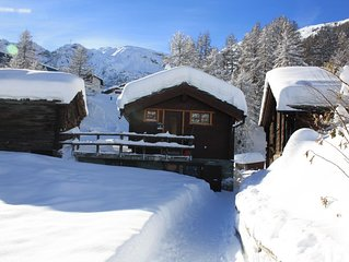 heimeliges Chalet auf zwei Etagen, Ski in-Ski out, neben dem Winterwanderweg