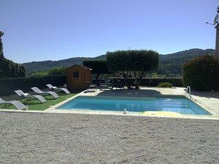 Villa 140m2, lumineuse et climatisée, au calme. Vue dégagée sur les collines.