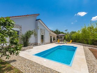 Attractive Holiday house - private pool, quiet location, outdoor kitchen, spacio