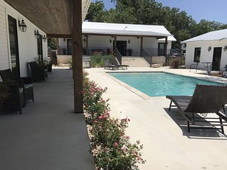 Great location with pool king bed large jacuzzi tub 2 blocks to central Main St