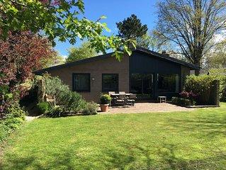 Unser Haus steht auf einem sehr schönen Grundstück in einer privaten Parkanlage.