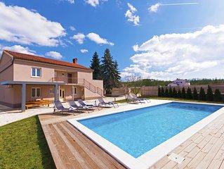 Großen privaten Pool in einem lauschigen Garten