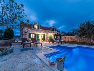 Mediterrane Villa mit Pool, 700 meter von Sandtrand, umgeben von Olivenbäumen
